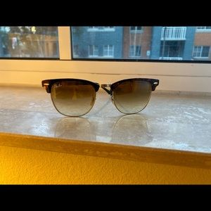 Brown Ray-Ban clunmaster sunglasses